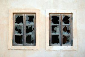 Zerbrochene Fenster hinterlassen einen schlechten Eindruck, der lange vorhalten kann. (c) Matt Artz / Unsplash