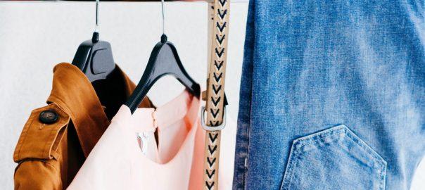 Kleidung im Schrank (c) Alexandra Gorn