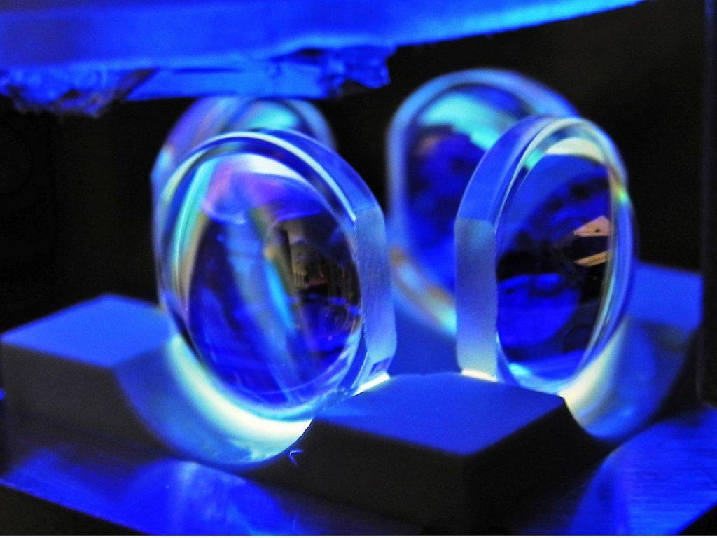 Die vier Linsen umgeben den Resonator und dienen zur Fokussierung der Laserstrahlen, die das Atom im Resonator festhalten, sowie zur Beobachtung des Atoms. © Miguel Martinez-Dorantes / Universität Bonn